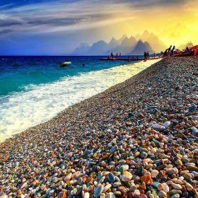 Conheça Konyaalti, a incrível praia de pedras coloridas da Turquia