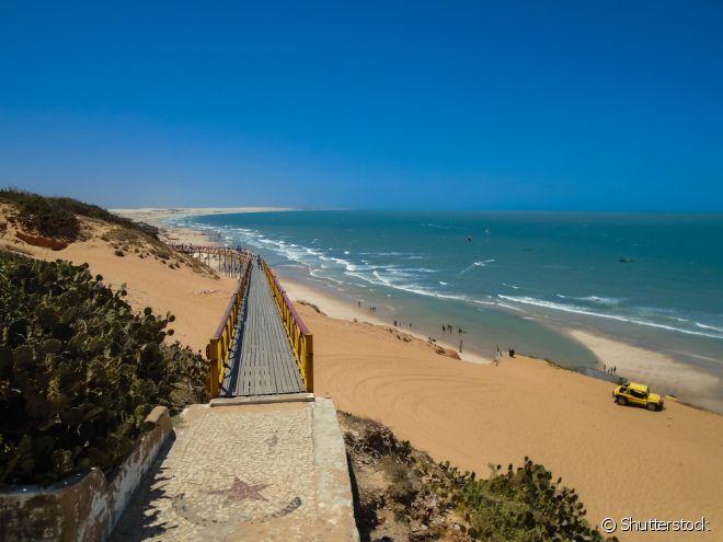 """Canoa Quebrada (Aracati) - Um dos principais destinos do Nordeste, Canoa Quebrada é a principal praia do litoral leste. A praia tem águas relativamente calmas, e uma orla com excelente infraestrutura. A vila fica no topo das falésias, e também conta com uma coleção de hotéis, pousadas e restaurantes, concentrados nos arredores da ruazinha conhecida como """"Broadway"""""""