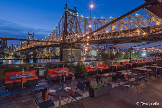 Localizado no telhado do hotel Long Island City's Ravel, o lounge Penthouse 808 oferece uma vista privilegiada para a ponte Queensboro