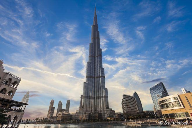 O Burj Khalifa se tornou uma das principais atrações de Dubai por ser o maior prédio do mundo e ter o deck de observação mais alto