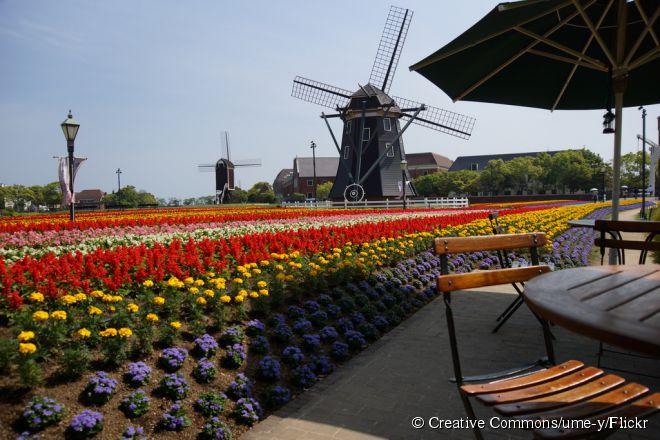 O Huis Ten Bosch é um parque temático que recriou aspectos tradicionais da Holanda com reproduções em tamanho real de construções típicas do país