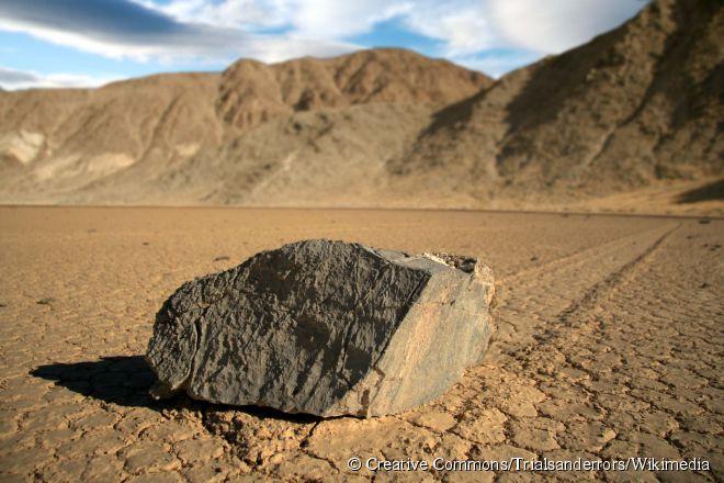 O motivo para o evento ser tão misterioso é o fato de os movimentos serem ocasionais, pois as pedras podem ficar sem se mexer por décadas até isso acontecer de novo