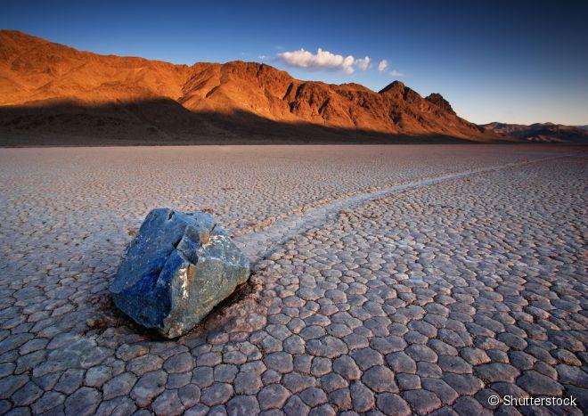 Geólogos têm estudado essas rochas deslizantes desde 1948, e muitas teorias já foram pensadas sobre o fenômeno