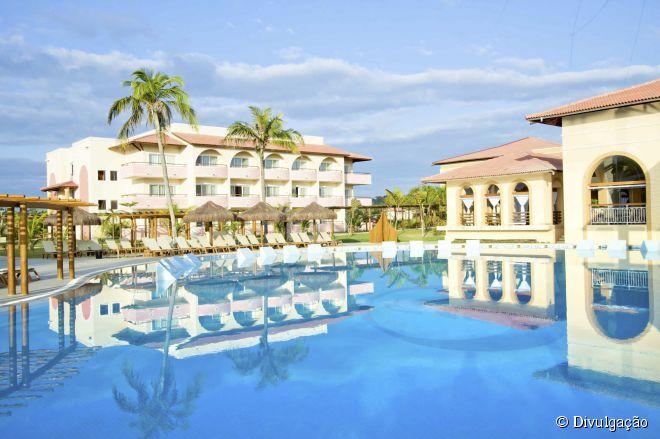 O resort cinco estrelas tem quatro piscinas, sendo uma delas com três mil metros quadrados e onde são realizadas atividades durante o dia