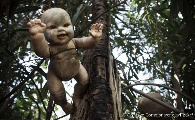 """Isla de las Muñecas """"Ilha das Bonecas"""" (México)  - Junto aos canais de Xochimilco, ao sul da Cidade do México, encontra-se esta inusitada ilha, uma das atrações turísticas mais macabras do mundo. Em suas árvores há centenas de bonecas de plásticos penduradas – com olhos assustadores e membros decepados – que causam uma estranha sensação aos milhares de turistas que visitam o lugar. Para entender o porquê disso tudo, há uma lenda que conta a história de uma menina que morreu afogada em um dos canais da região, em 1951. A partir daí, os moradores da ilha começaram a pendurar as bonecas como forma de afugentar o espírito da garota morta, que chorava à noite pedindo de volta a sua boneca. É realmente assustador!"""