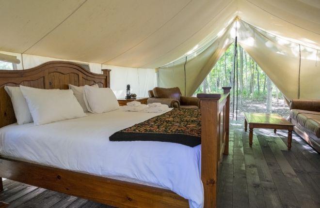 """Glamping - A grosso modo, glamping nada mais é que um camping com glamour. É aquele acampamento para quem não gosta de dormir no mato, ficar em barracas apertadas ou passar qualquer tipo de perrengue clássico nesse tipo de viagem. No entanto, essa é uma experiência polêmica, já que muitos acreditam que perde a """"essência"""" de acampar"""