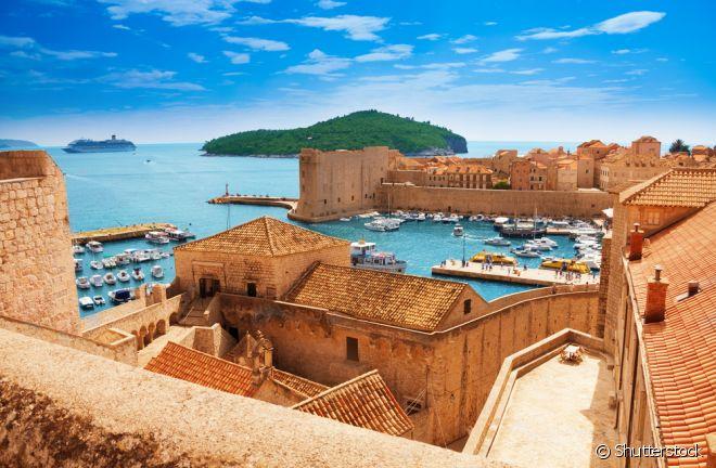Dubrovnik, Croácia: Essa cidade croata não é conhecida apenas por suas praias, não, apesar delas serem o ponto alto do destino. Dubrovnik é uma cidade amuralhada incrível, que mais parece ter parado no tempo. Uma visita ao seu centro histórico é uma aula sobre a história do país