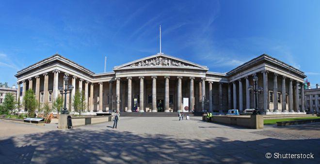 Fachada do Museu Britânico, projetada no século 19 em estilo que emula a arquitetura grega clássica