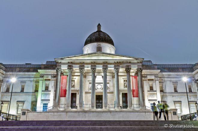 A National Gallery fica localizada em plena Trafalgar Square, uma das praças mais famosas da capital britânica