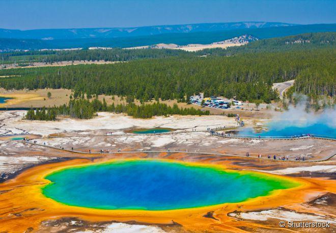 Uma dessas paisagens é o Grand Prismatic Spring no Parque Nacional de Yellowstone em Wyoming, nos Estados Unidos