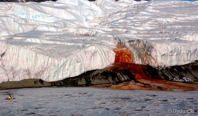 Coloração vermelha é graças a mistura de óxido de ferro com a água salgada