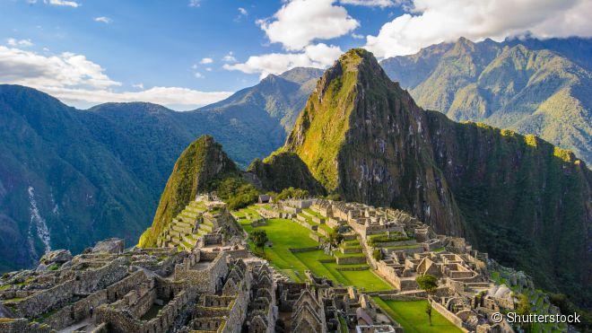 Machu Picchu fica no meio dos Andes peruanos, em um cenário de beleza extraordinária