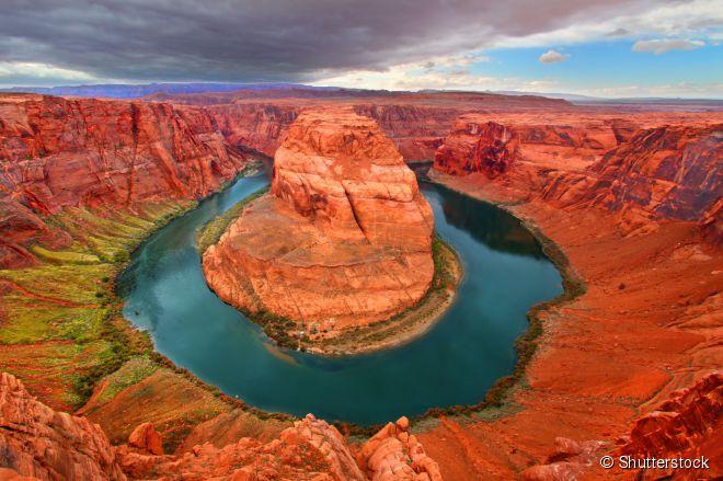 Rio Colorado (Estados Unidos) -  O árido deserto do Arizona é cortado pelo magnífico rio Colorado, que cruza uma série de paredões gigantes de cânions avermelhados até desaguar no Golfo da Califórnia, já no México. O rio é é um ímã para aventureiros de todo o mundo. Entre as opções turísticas, estão trilhas para caminhadas, observação da vida silvestre, rafting, caiaque e tubing, uma modalidade em que entusiastas navegam pelo rio sobre uma bóia. Na foto, está a região conhecida como 'Horseshoe Bend', uma imensa curva em forma de ferradura que fica a poucos quilômetros da cidade de Page.