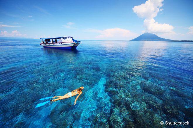 Com barreiras de corais coloridas e diversos peixes e animais marinhos, há lugares incríveis pelo mundo para praticar snorkeling, o mergulho em águas rasas