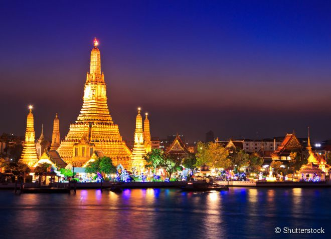 Com sua exuberante torre, o Wat Arun é um dos templos mais famosos da capital tailandesa