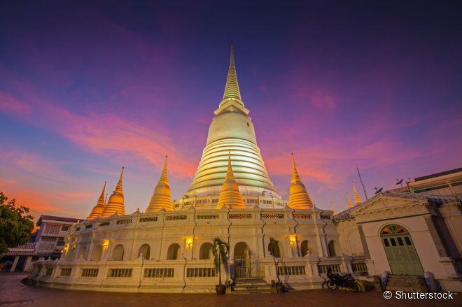 À noite, a arquitetura do Wat Prayoon chama a atenção