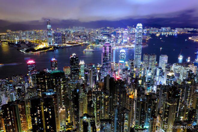 A bela baía de Kowloon, em Hong Kong, iluminada por arranha-céus