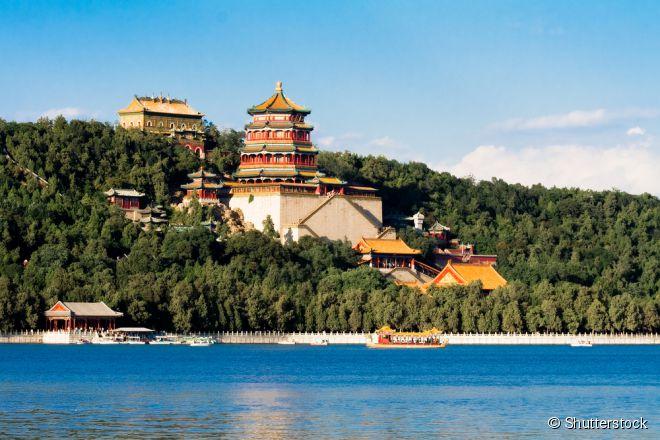 O Lago Yanqi possui montanhas para fazer trilhas e paisagens incríveis, incluindo uma da Muralha e templos de telhados vermelhos