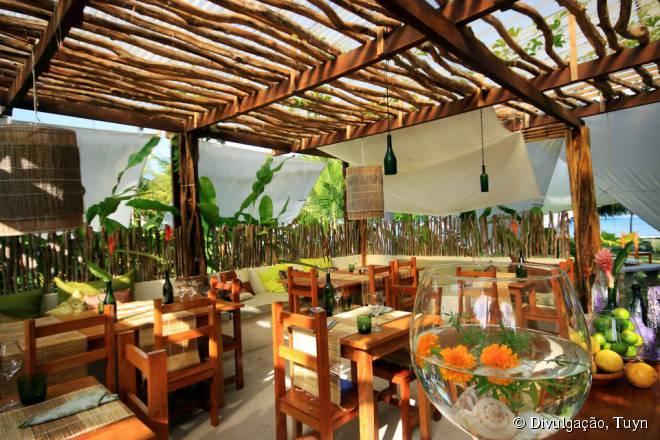 O restaurante Tuyn tem um ambiente intimista dentro da hospedagem Praiagogi Boutique Pousada