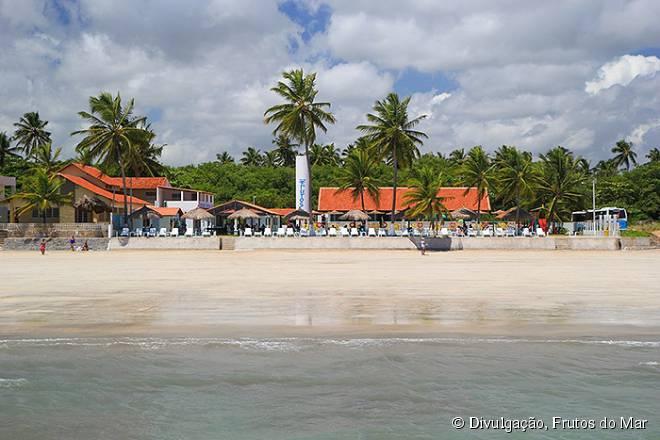 O restaurante Frutos do Mar fica na beira da praia, com um ambiente relaxante