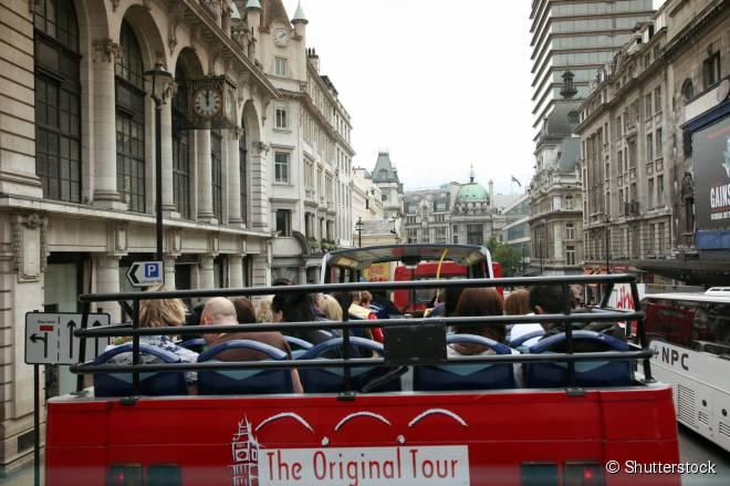 Em Londres, diversas empresas realizam passeios turísticos em ônibus panorâmicos