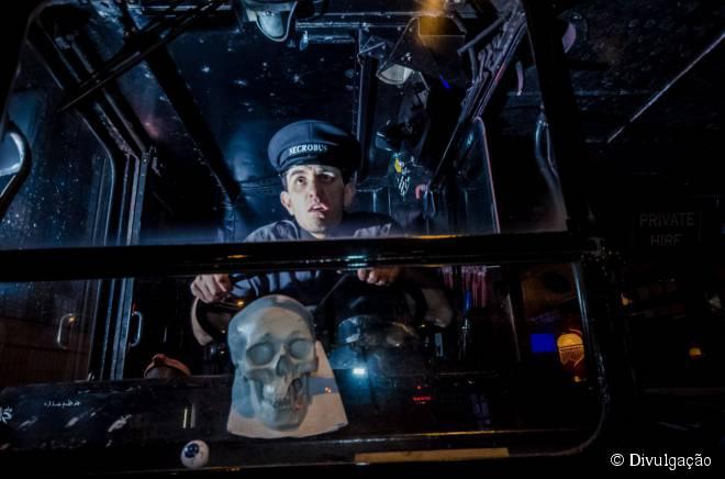 """No """"Ghost Bus Tours"""", guias fantasiados narram histórias assombrosas de Londres"""