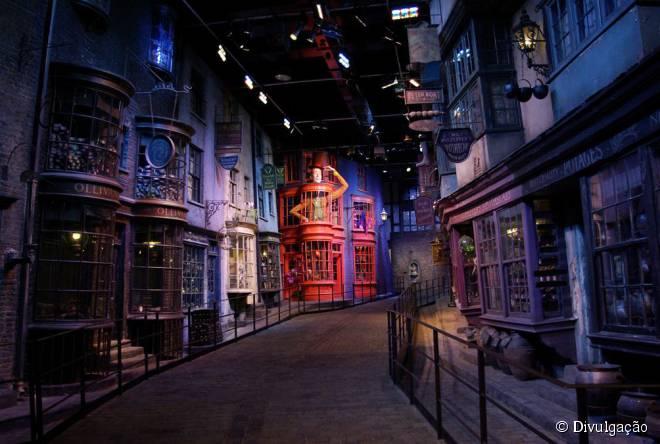 Nos estúdios da Warner, os fãs do bruxinho mais famoso do cinema podem conhecer os bastidores da produção cinematográfica