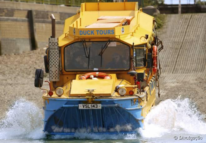 """Na parte final do trajeto, o veículo anfíbio da """"Duck Tours"""" entra nas águas do rio Tâmisa"""