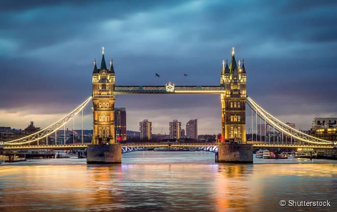 A parada para admirar a London Bridge é um dos pontos altos do passeio de bike pelas margens do rio Tâmisa