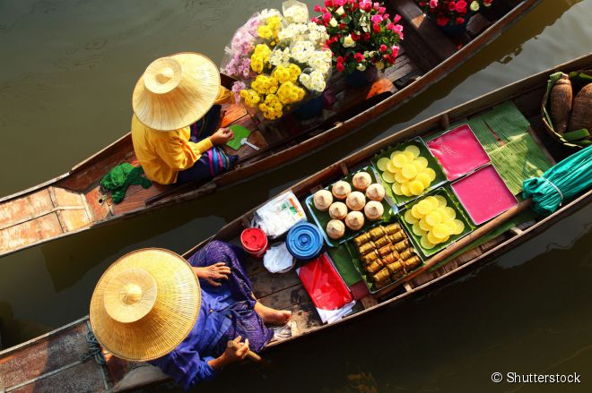 O Mercado Flutuante Damnoen Saduak, na Tailândia, é uma dessas atrações