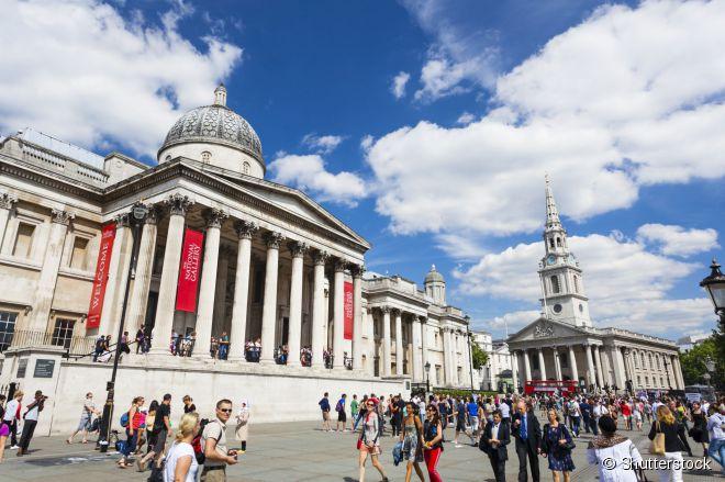 A National Gallery fica na Trafalgar Square, um dos locais mais movimentados de Londres