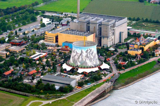 Dentro da torre de resfriamento da usina nuclear fica a atração mais popular, o Vertical Swing