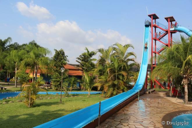 10) Freitas Parque Aquático (Maranhão) -  Inaugurado em 2004, o parque se localiza às margens da BR-010, próximo à cidade de Imperatriz. Com diversas piscinas e brinquedos aquáticos, além de uma diversificada programação destinada ao público infanto-juvenil, o local agrada, em sua maioria, crianças e famílias. A piscina com ondas e a correnteza encantada - um rio que corta toda a área do parque - são o que mais atraem os visitantes. O local possui 4,5 milhão de litros de água tratada, além de uma área verde belíssima e um restaurante com cardápio variado. Sendo considerado um dos maiores e mais modernos complexos de entretenimento do Norte-Nordeste do país, o clube proporciona lazer e descanso para todas as faixas etárias.  Site oficial:  www.freitaspark.com.br