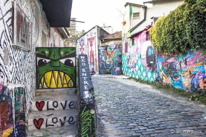 """O Beco do Batman, em São Paulo, é uma galeria de arte em grafite, à céu aberto, que pode ser visitada em um dos """"Walking Tours"""""""