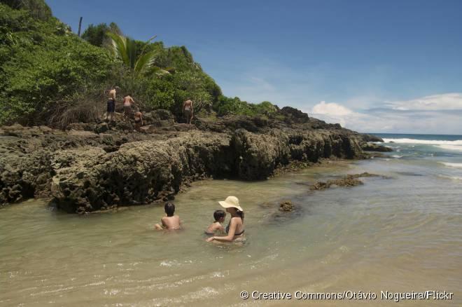 Rica em piscinas naturais e com um mar agitado, Itacarezinho é uma das praias rurais acessíveis por trilhas