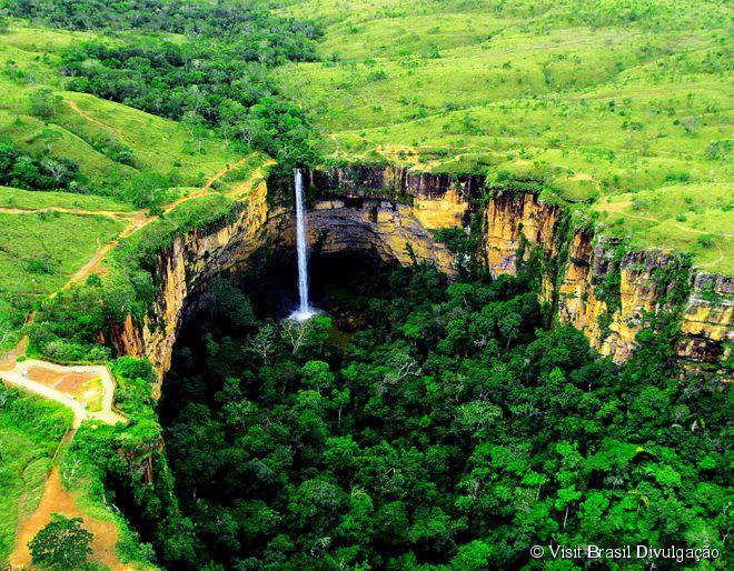 Cachoeira Véu da Noiva, Mato Grosso -  Principal cartão-postal do Parque Nacional da Chapada dos Guimarães, em Mato Grosso, a Cachoeira Véu da Noiva tem 86 metros de altura e é formada pela queda do rio Coxipó. Para apreciá-la, a maneira mais fácil é por meio de um mirante que fica próximo à entrada do parque.