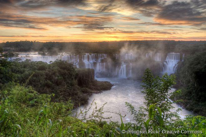 Cataratas do Iguaçu, Paraná -  Um dos atrativos naturais mais fotogênicos do país, as Cataratas do Iguaçu atraem turistas de todas as partes do mundo. Contando os dois lados - o argentino e o brasileiro -, elas formam o maior conjunto de quedas d'água em volume do planeta, com cerca de 275 cachoeiras que chegam a 90 metros de altura. Em 2011, a beleza inigualável foi reconhecida como uma das Sete Maravilhas da Natureza.