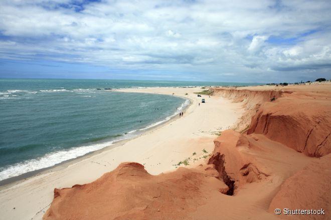 Canoa Quebrada, Ceará -  Distante cerca de 170 quilômetros de Fortaleza, a praia de Canoa Quebrada é um dos destinos turísticos mais populares do litoral cearense. Sua paisagem é marcada por uma praia de areias brancas e um muro de falésias avermelhadas, onde está gravado o famoso símbolo do lugar – a lua e a estrela.