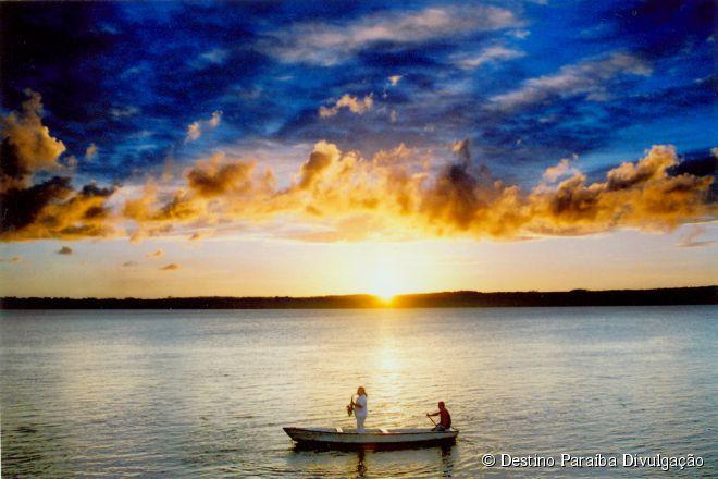 Praia do Jacaré, Paraíba -  O pôr do sol é a atração principal da Praia do Jacaré, ponto turístico da cidade de Cabedelo, a 18 quilômetros de João Pessoa. Todos os dias, por volta das 17h, esse espetáculo da natureza ganha trilha sonora especial, com o saxofonista Jurandy do Sax tocando Bolero de Ravel em um barco.