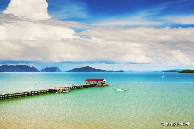 Ko Lanta, Tailândia –  Sem a presença de multidões, a ilha tem nove praias em seu lado oeste, com areia pura e recifes de corais. Koh Lanta se tornou favorita entre viajantes por sua autenticiade, com ilhas de pesca e uma comunidade que vive em palafitas. Um bom lugar para passear é Old Town, um local com um píer, cheio de lojas e restaurantes.