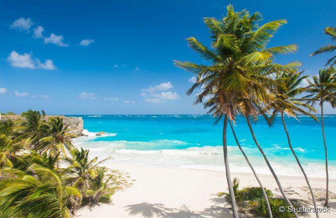 A Ilha de Barbados  tem o clima perfeito para o viajante aproveitar as praias de águas cristalinas