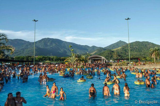 Para fugir das praias lotadas no verão, quem mora ou visita a capital fluminense tem a opção de ir ao Rio Water Planet