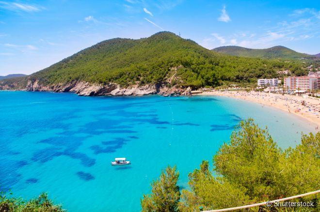 A praia Cala de Sant Vicent oferece uma curva de areia dourada e águas claras cristalinas