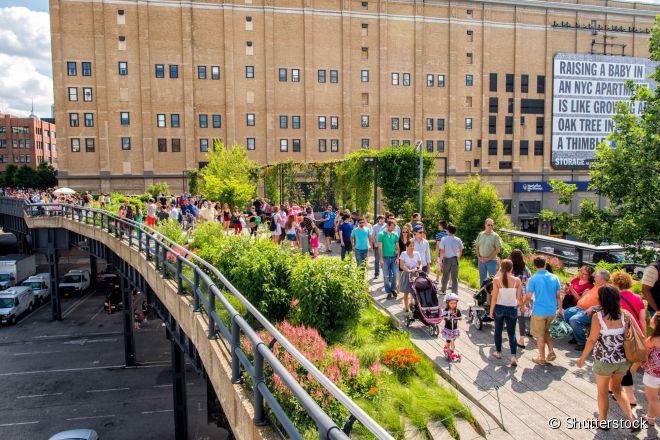 O parque urbano High Line ocupa a extensão de uma linha férrea desativada