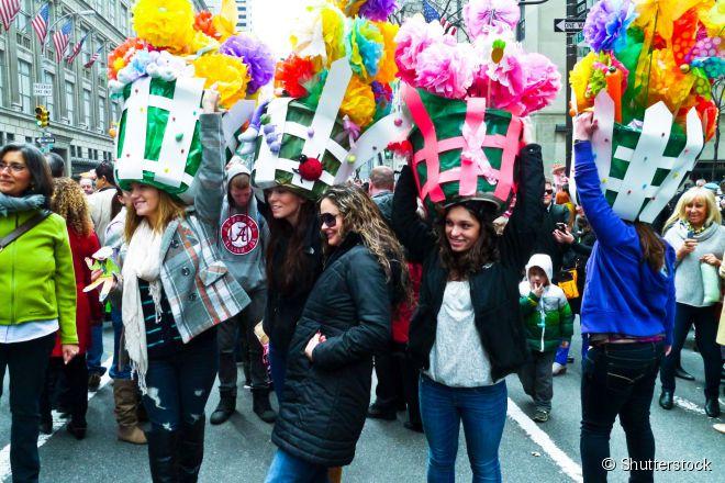 Pessoas fantasiadas durante o tradicional Desfile de Páscoa