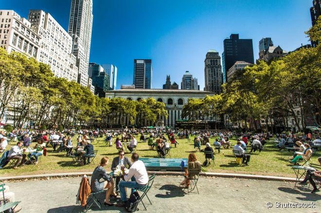 Turistas e moradores aproveitam um dia ensolarado no Bryant Park