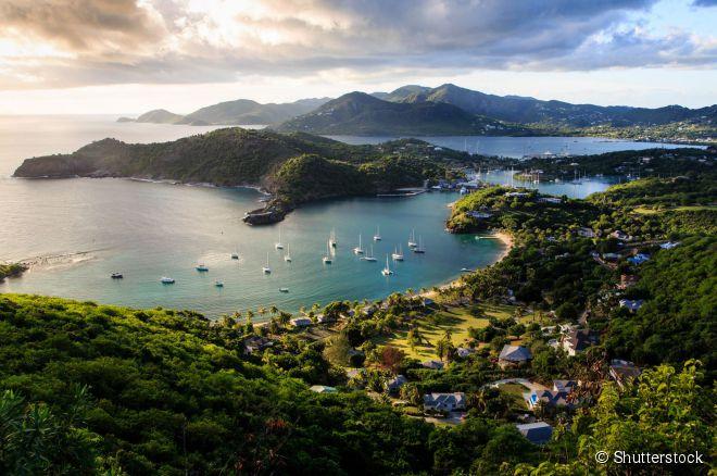 10. Antígua -  Parte do país insular de Antígua e Barbuda, a ilha tem uma grande variedade de atrativos: enseadas cênicas, praias de mar cristalino, museus, mirantes, construções históricas e trilhas pelas mata.