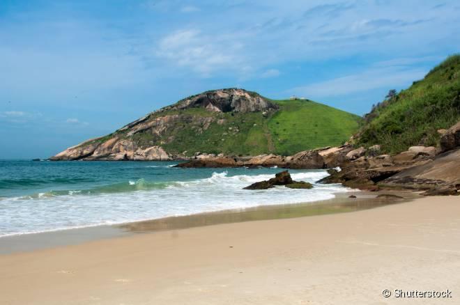 Apesar de isolada, a Praia do Meio também é bastante procurada por banhistas por conta do fácil acesso
