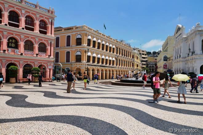 Ruas do Centro Histórico têm calçamento parecido com os de Copacabana, no Rio de Janeiro. Reflexos da influência portuguesa