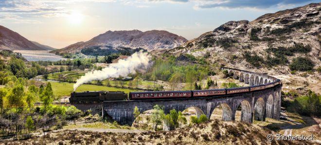 Reino Unido: Você sabia que o trajeto de trem do filme Harry Potter existe de verdade? O Expresso Hogwarts é uma rota com paisagens deslumbrantes, que passa por algumas das cidades mais lindas do Reino Unido. A viagem começa em Londres e passa por York, Edimburgo, Glasgow e Fort William até chegar a Malliag.